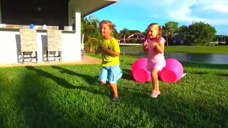 开心亲子,罗马和戴安娜正在玩惊喜蛋游戏,太有意思了