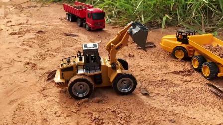 大铲车给自卸车和小拖车装沙土,儿童车辆玩具