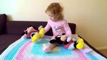 亲子萌宝,萌宝超爱自己的玩具,不管走到哪都要一起