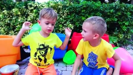 儿童亲子互动,小哥哥带着弟弟玩彩色气球不能安生,真好玩