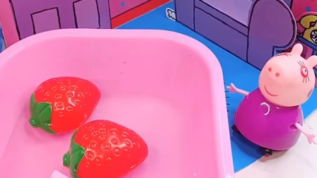 乔治在洗澡,佩奇回来也要洗澡,乔治不让佩奇洗