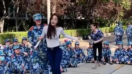 班主任是漂亮的舞蹈老师,给全部学生表演才艺,网友:羡慕了!