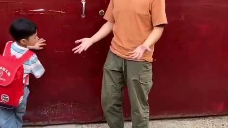 亲子乐事:爸爸接宝贝回家,忘了带钥匙啦