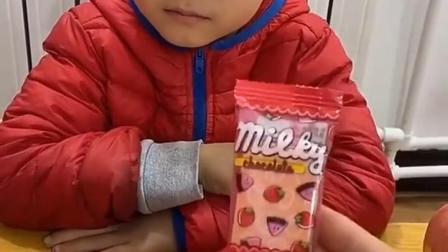 趣事童年:凯凯这里有好多水果软糖