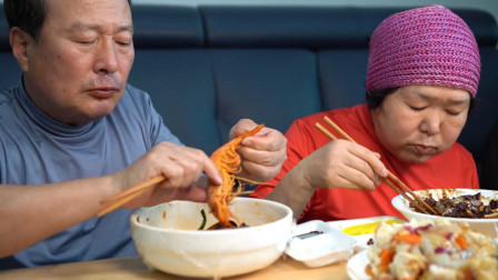 我和爸妈一起享用炸酱面、海鲜面和糖醋肉,肉质酥嫩,美味可口!