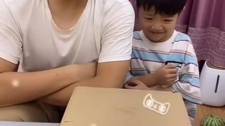 无尽的乐趣:宝贝和爸爸在看什么?