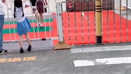 童年趣事:萌宝帮姐姐送篮球鞋子来,看到姐姐开心得跑过去