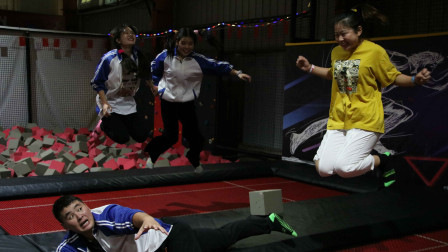 游乐场1:老师带同学们玩蹦蹦床,没想男同学趴上面不敢动!真逗