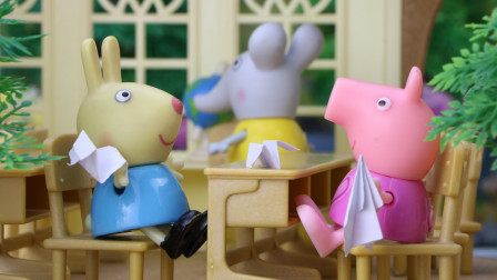 小猪佩奇和孩子们叠纸飞机,你会叠纸飞机吗?