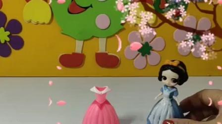 青蛙公主抢白雪的新裙子,还把白雪推倒,青蛙公主真坏