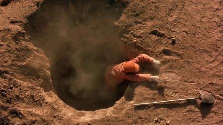 一座沙漠中的监狱,犯人们每天被迫挖坑,只因地底埋着惊世宝藏!
