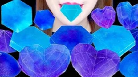 蓝色的宝石糖,如琉璃般清澈透亮,沙沙的咀嚼声令人陶醉