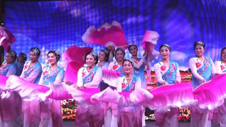 长扇舞《我的祖国》,台上16人配合默契,舞出多种精彩造型!