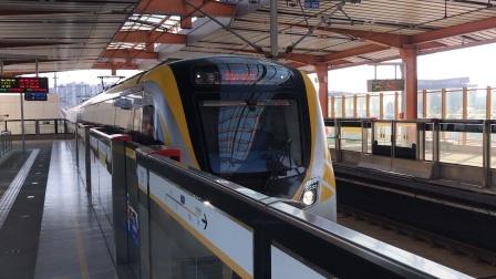 南京地铁S9宁高线石湫站:往翔宇路南方向的列车