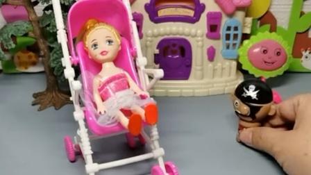小海盗偷东西被奥特曼发现了,他赶快逃跑,躲到了小女孩的婴儿车里