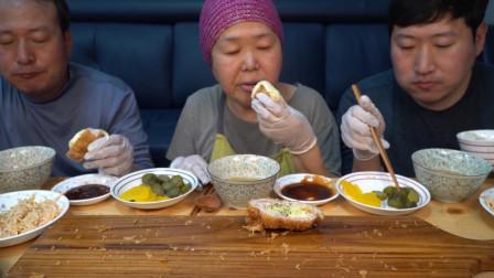 全家人一起享用妈妈做的芝士猪排,实在太香了,忍不住吃了好多!