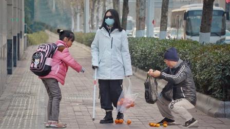 看到盲人女孩遇到困难,两个小朋友冲了过来