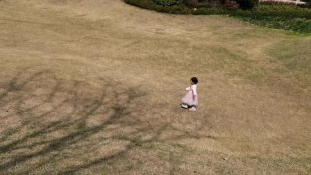 两岁萌宝喜欢小区里的大草坪,每次都要跑着玩