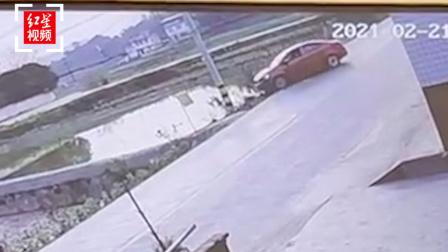 四川宜宾轿车离奇失控滑进水塘:车内一家七口,四人遇难