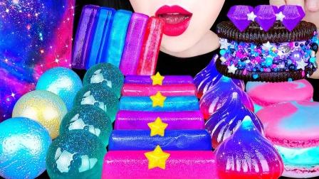 充满星空色彩的甜点,果冻球、马卡龙等等,梦幻而且甜蜜