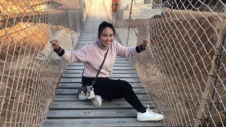 女汉子媳妇第一次走高吊桥,看这个怂样,爬到地上不敢走了