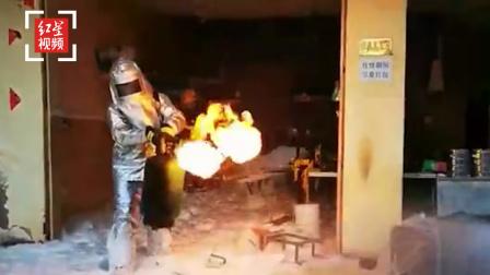 """餐馆突发大火伴随小范围爆炸 消防人员临危拎出三颗""""定时炸弹"""""""