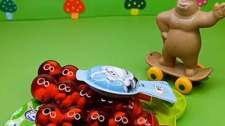 熊大叔给小孩发糖,蝎子精也来要糖,熊大叔不给他