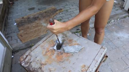废弃的保险箱也很坚固,美女用电钻强力破开,结果还发现里面有钱
