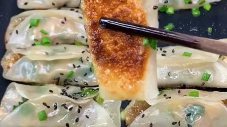 今天的锅贴饺子全家都爱吃!