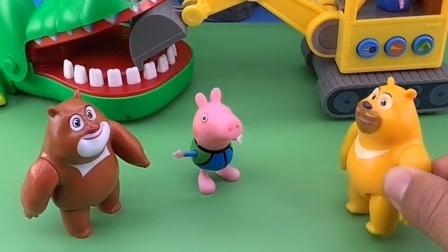 乔治趴在地上,熊二不知道他在干啥,也跟着他趴下了