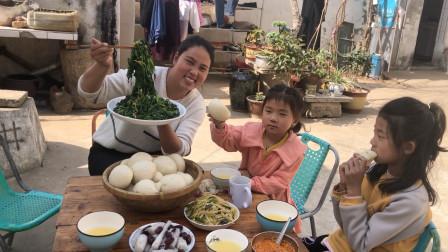 农家小院婆婆蒸馒头,儿媳5斤菠菜凉调,怼2勺辣椒油,下饭又减肥