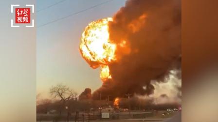 美国一辆货车撞上火车引发爆炸:民众被紧急疏散