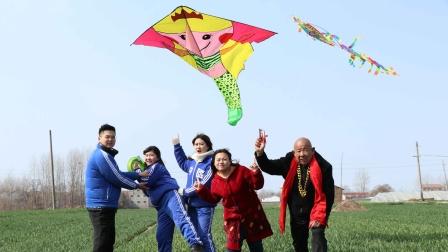 田田和小伙伴一起放风筝,没想田田竟被风筝带跑了,太搞笑了