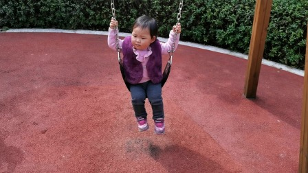 宝宝两岁了,最近挑战大孩子的秋千