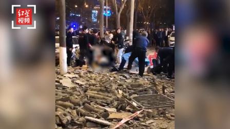 西安高新区一火锅店顶部房檐塌落 伤者已送往医院