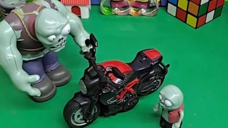 小鬼以为爸爸有摩托车了,他正开心呢,发现这不是爸爸的
