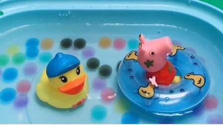 佩奇在里面洗澡了,乔治也来泡澡了,他们玩得很开心