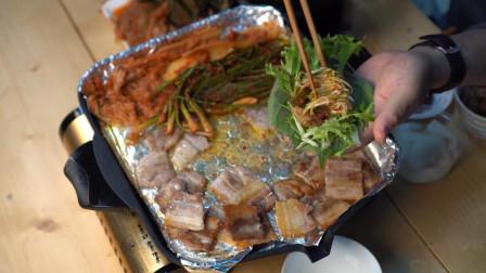 爸爸一人独自享用烤美味五花肉,边烤边吃,十分惬意自在啊!