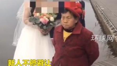 """新人正拍婚纱照,69岁老太紧紧跟随、强行入镜""""讨喜钱""""被拘!"""