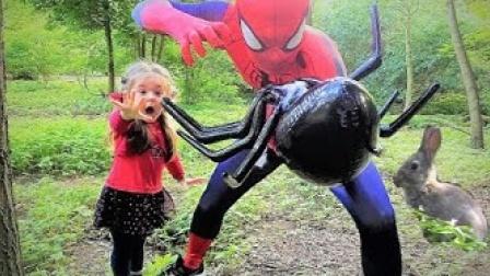 蜘蛛侠打败巨型蜘蛛,拯救了小女孩