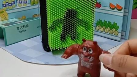熊大熊二偷吃了光头强的蜂蜜,光头强生气了