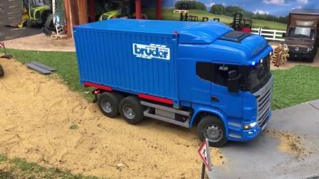 蓝色大货车运输工程车到工地