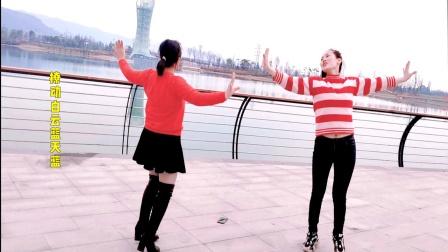 对跳广场舞《最亲的人》在桥边和姐妹跳一曲,真好看