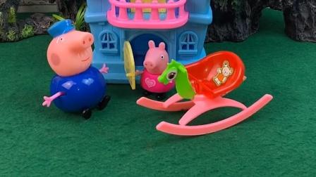 猪爷爷给乔治买了个小木马,给乔治玩不给佩奇玩,猪爷爷偏心