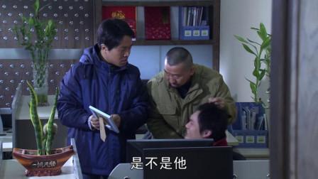 俩匪徒入室拷问小伙同事下落,恰好被看见,惊险