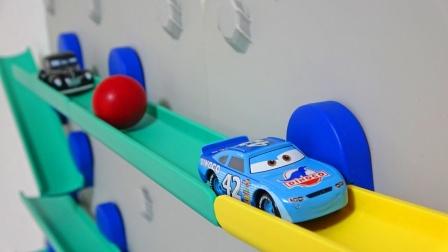 赛车和彩球一起通过攀岩轨道