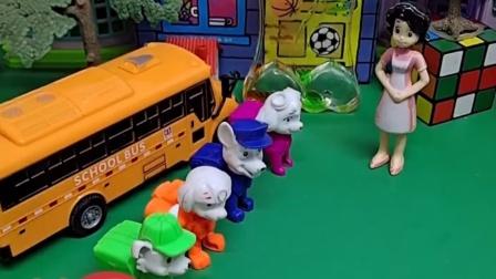 狗狗们放学了,妈妈们来接孩子们,围裙老师和大家再见