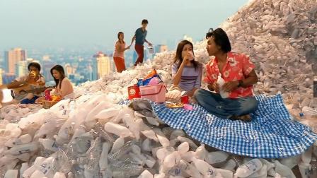 女孩捡塑料瓶,堆成一座网红景点!