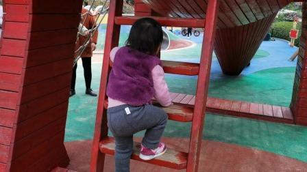 两岁宝贝啪游乐场的大滑梯滑下来玩