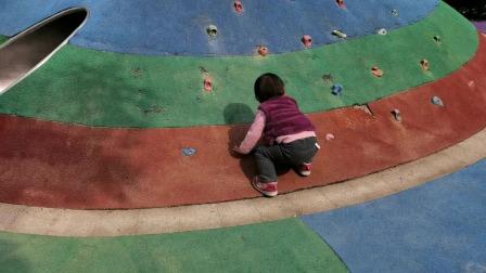 两岁萌宝在游乐场玩攀登